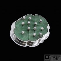 14k White Gold Brooch with Jade and 12 Diamonds. Total 0,24 ct.