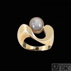 Allan B.Larsen - Copenhagen. 14k Gold Ring with Star Sapphire.